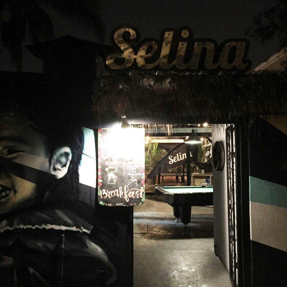 selina-entrance-night_web